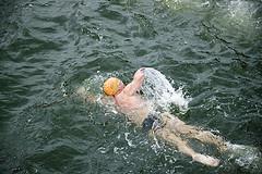 Плавание на боку – техника движений ног